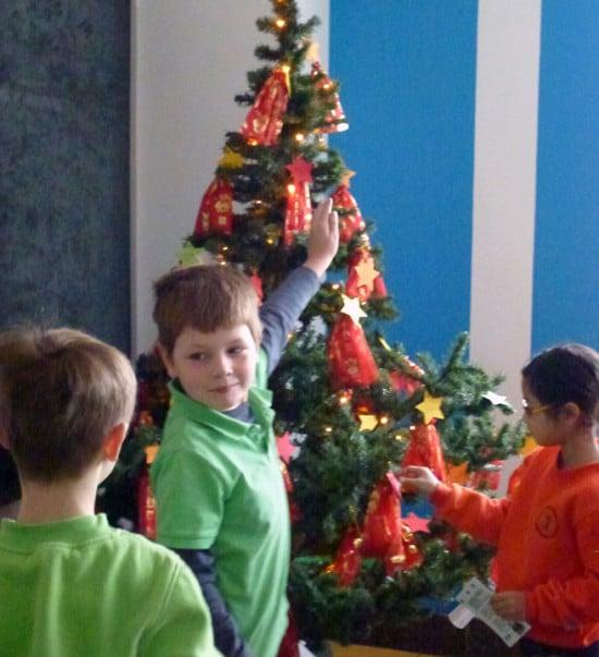 Erste-Kinder-oeffnen-ihre-Adventstütchen